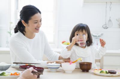 食卓には「テーブル菌」が…!ママの8割が気になる子どもの「食べこぼし」