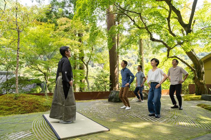 星のや京都、新緑の美しい朝に大声で笑う「新緑の青空狂言」開催